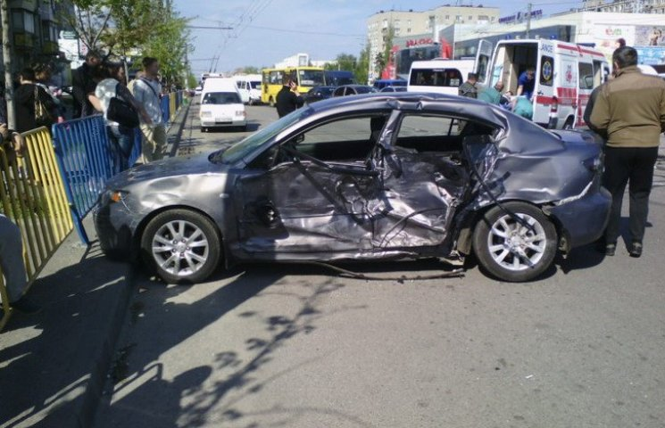 """У Дніпропетровську """"швидка"""" зіткнулась з легковим авто"""