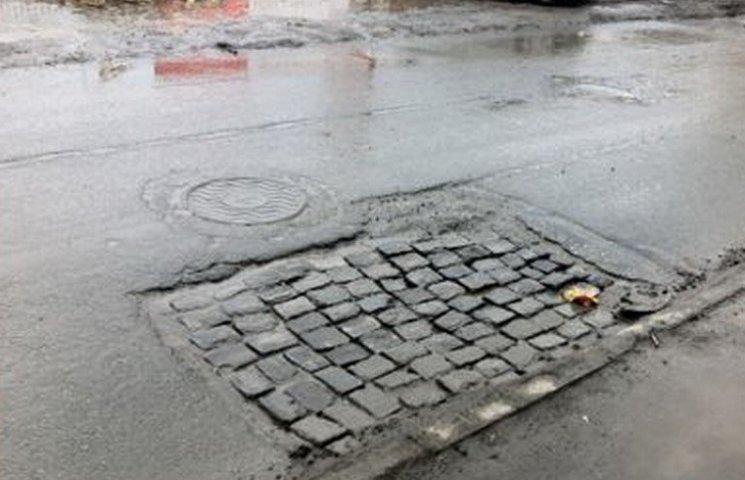 У столиці Західного Донбасу дороги латають бруківкою