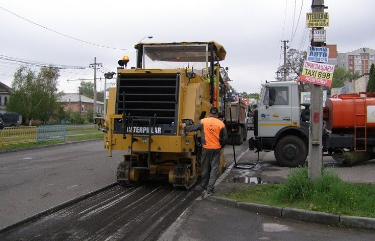 """У Дніпропетровську дорога по вулиці Робочій зруйнувалася через """"красивий"""" асфальт"""