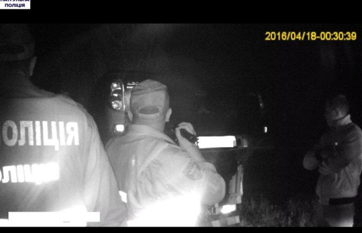 У Миколаєві патрульні впіймали вантажівку, яка перевозила підозрілу іномарку
