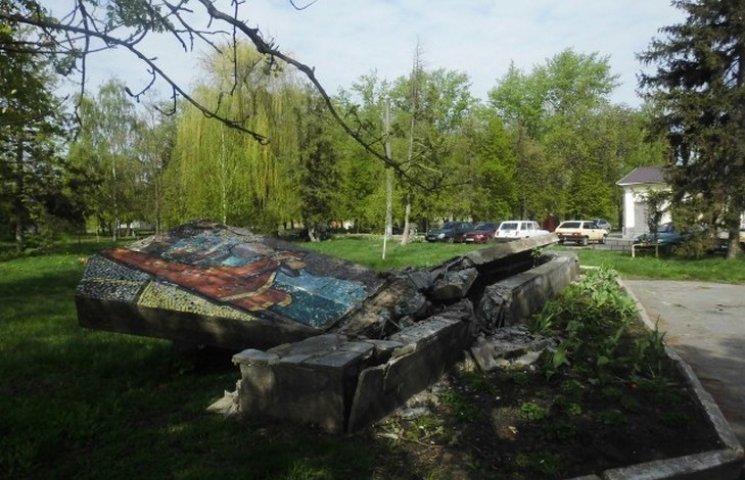 У Миргороді повалили останній комуністичний пам