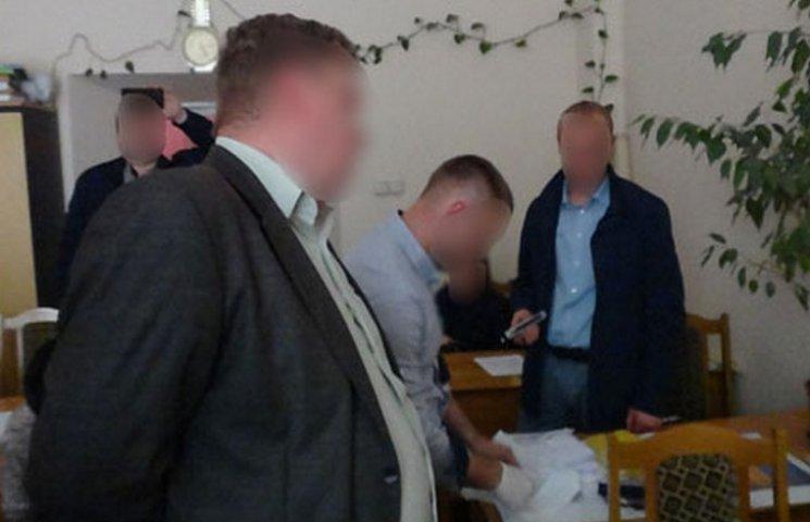 В Чернівцях викладач одного з вишів був затриманий на хабарі