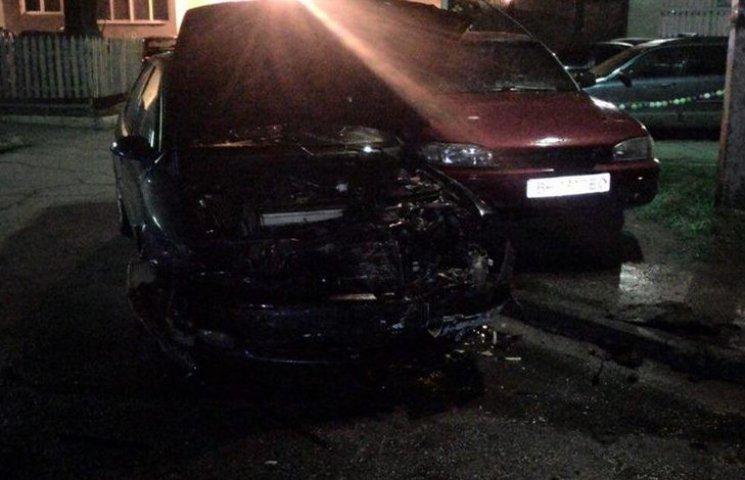 В Одесі машина з іноземними номерами протаранила прикарковані авто та загорілася