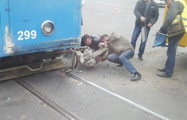 На Коцюбинського трамвай перекрив рух транспорту
