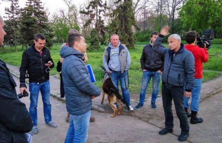 """В Одесі """"правосеки"""" зносять незаконний паркан забудовників у сквері"""