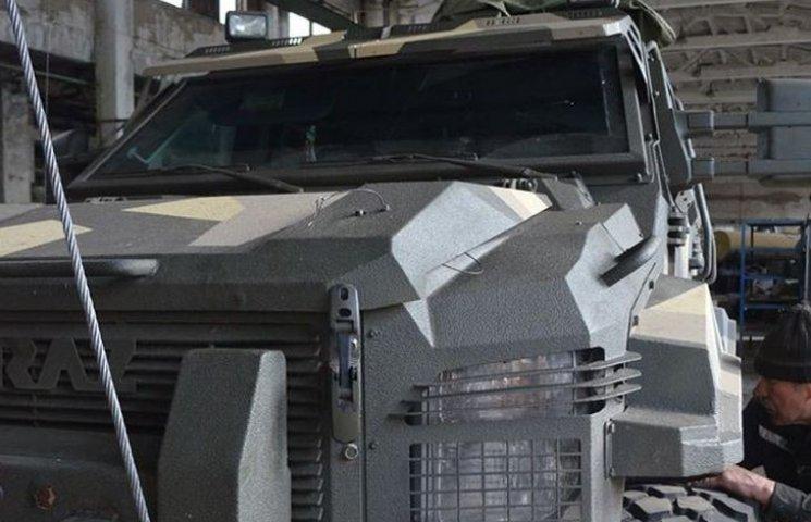 """Вінничани ремонтують броневик """"Спартан"""" для АТОвців"""