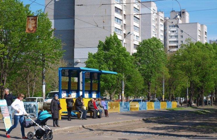 Дніпропетровські комунальники ремонтують зупинки власним коштом