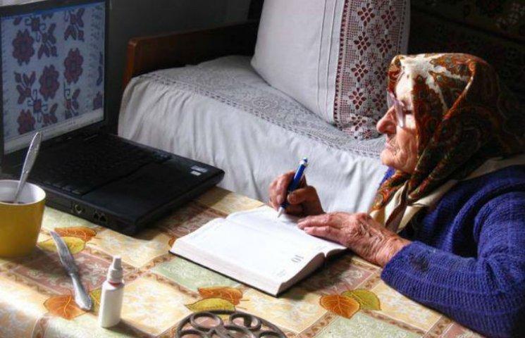 Мережу підірвало фото бабусі-вишивальниці, яка опановує компьютерні технології
