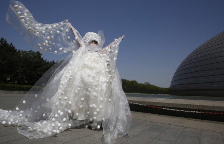 У Китаї зробили сукню із тисячі яєць