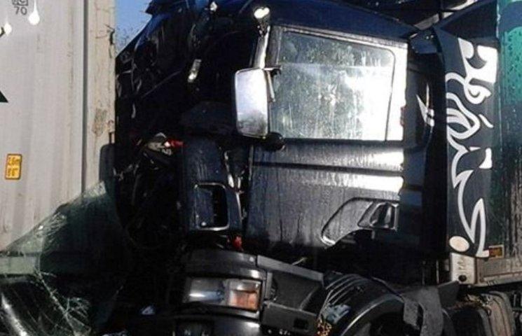 На Миколаївщині вантажівка на швидкості влетіла у припаркований MAN
