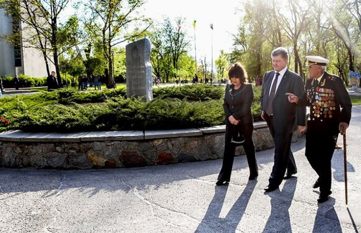 Порошенко в Запорожье почтил память героя АТО, который ценой жизни спас 50 побратимов