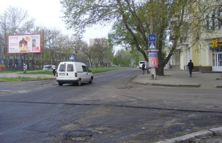 """У центрі Миколаєва відрили """"стародавню"""" зливову каналізацію, закатану дорожниками"""