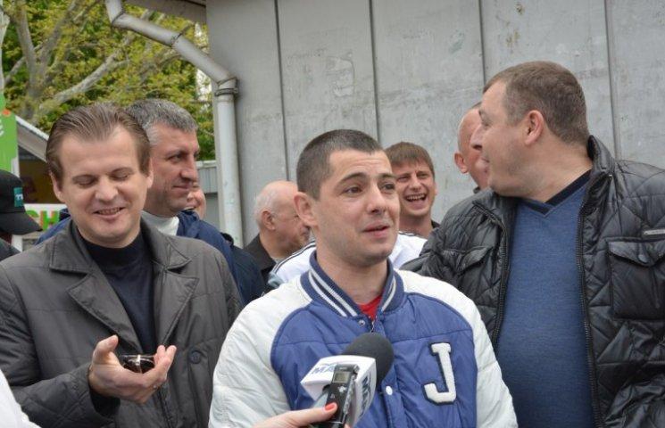 """У Миколаєві """"опоблоківці"""" грудьми відстояли незаконні білборди свого партійця"""