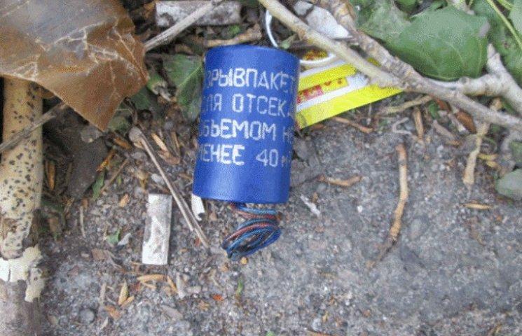 Миколаївець підкинув у смітник біля зупинки шумові гранати