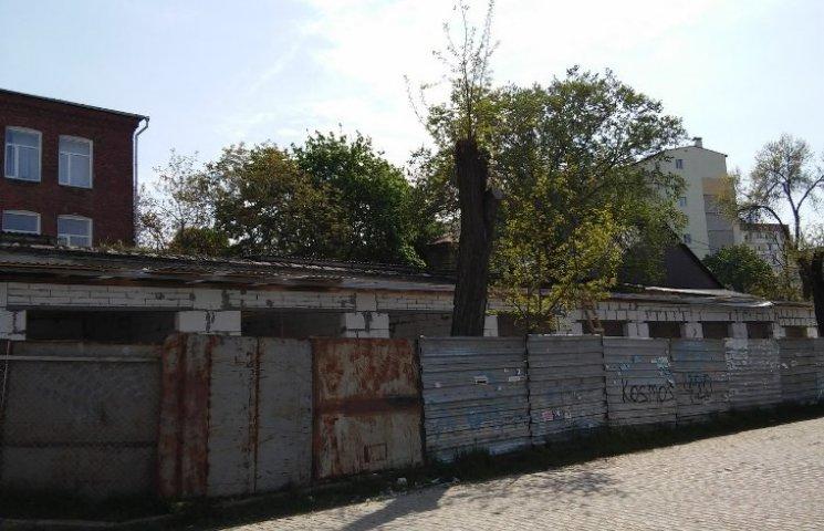 """Незаконні гаражі, що """"виросли"""" у центрі Миколаєва, пообіцяли знести"""