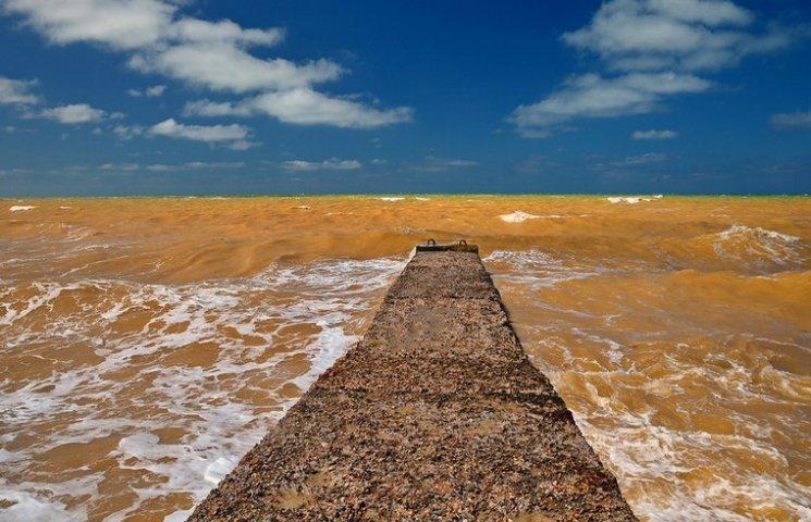 В Крыму Черное море стало желтым