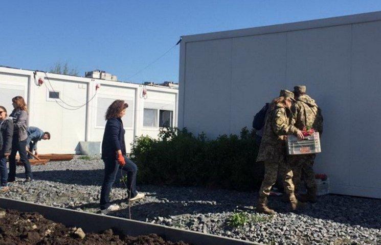Волонтери і військові озеленили містечко для переселенців у Дніпропетровську