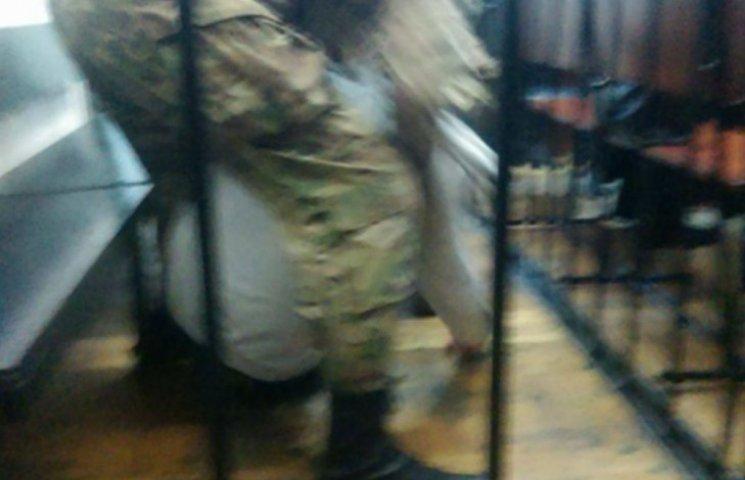 """Голодуючий """"азовець"""" Краснов втратив свідомість у суді (ФОТО)"""