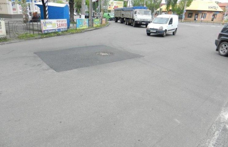 """У Миколаєві після комунальників-халтурників довелося переробляти латки-""""рибки"""" на дорогах"""