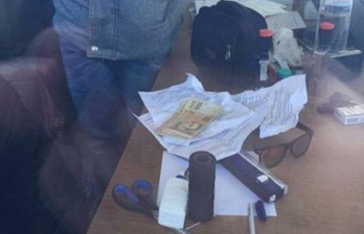 На Одещині на хабарі затримали працівника митниці