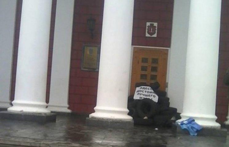 """Після розгрому """"антитрухановського майдану"""" всі входи до мерії завалили шинами"""