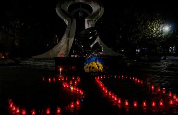 Дніпропетровці зі свічками вночі зібралися біля пам
