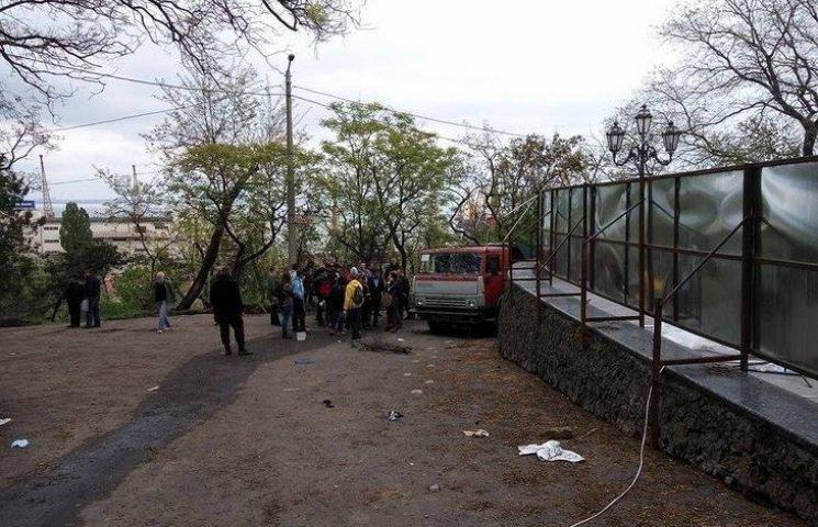 """КамАЗ біля """"майдану"""" в Одесі поставили проти провокацій на травневі свята, - депутати міськради"""
