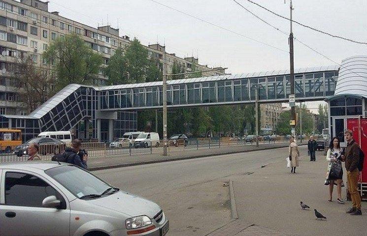"""Скандальний надземний перехід над Слобожанським працює неофіційно і """"вхолосту"""""""