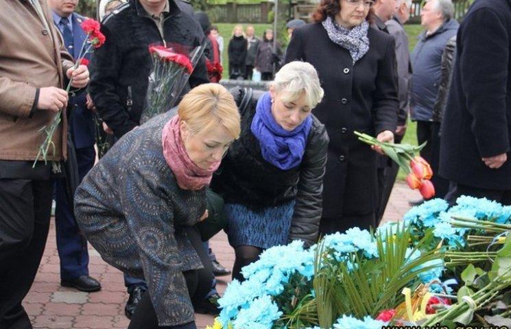 Вінничани вшанували чорнобільців ходою та покладанням квітів