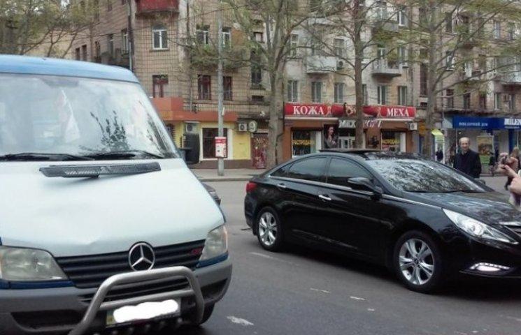 """У центрі Миколаєва мікроавтобус збив велосипедиста на """"зебрі"""""""