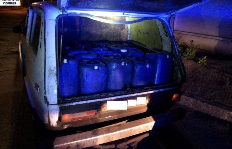 У Миколаєві патрульні впіймали водія, що перевозив 15 каністр палива