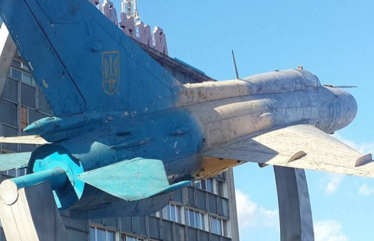 Літак біля Будинку Офіцерів перефарбують в патріотичні кольори
