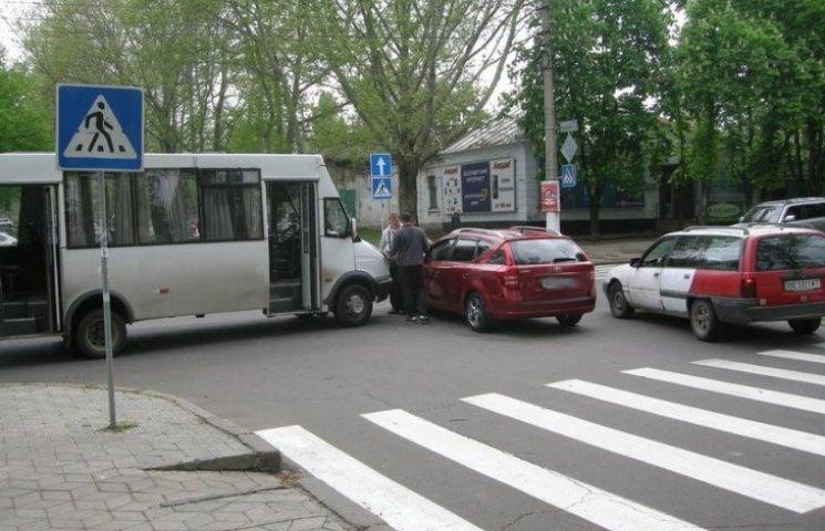 У центрі Миколаєва зіштовхнулися маршрутка та іномарка