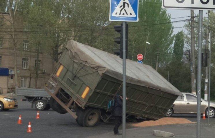 В центрі Миколаєва у зерновоза на ходу відвалилось колесо