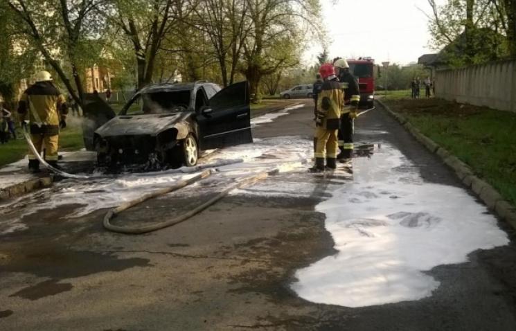 ЧПвУжгороде: неизвестные подожгли авто полковника милиции