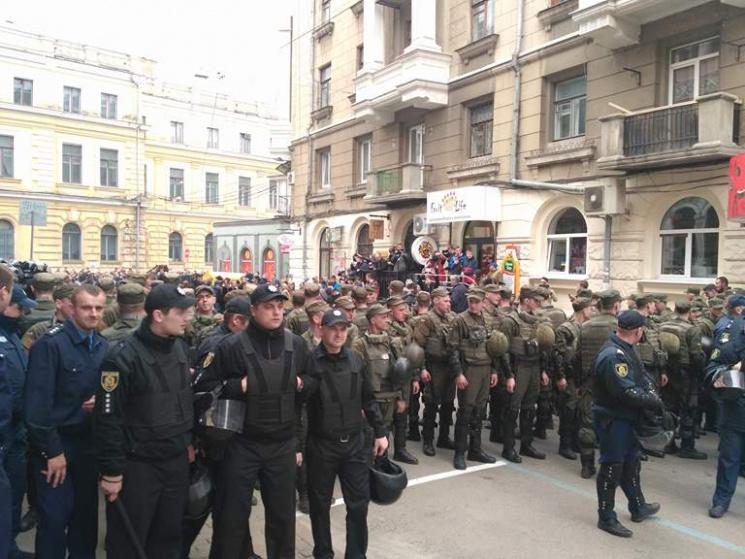 Центр Харькова оцепили силовики: Полиция оттеснила активистов от Сбербанка