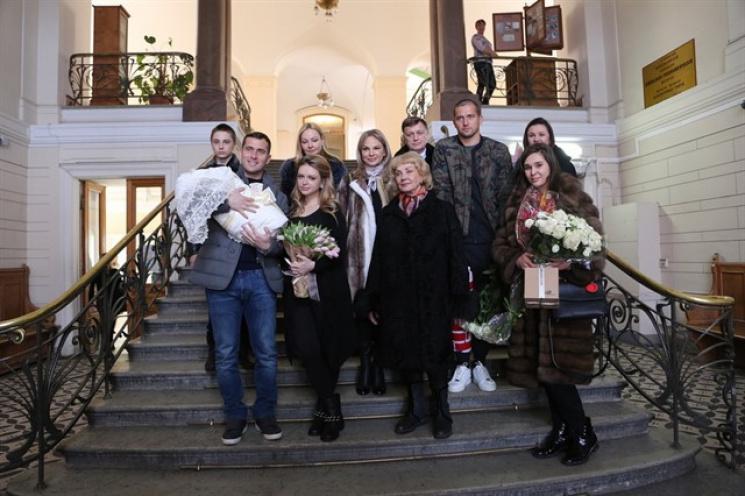 Футболист Александр Кержаков забрал супругу исына изроддома