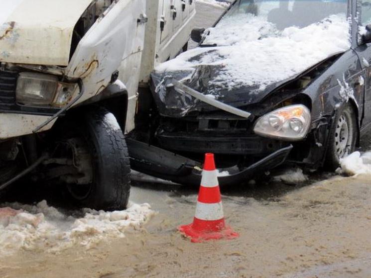 У Дніпрі водій зняв відео моменту потрійної ДТП на засніженій вулиці
