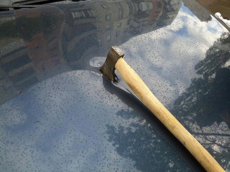 В Ужгороді автомобіль журналіста Спецконтролю порубали сокирою