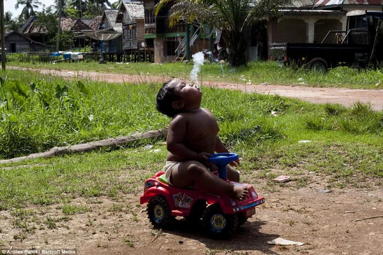 Самый маленький курильщик в мире отказался от сигарет и похудел