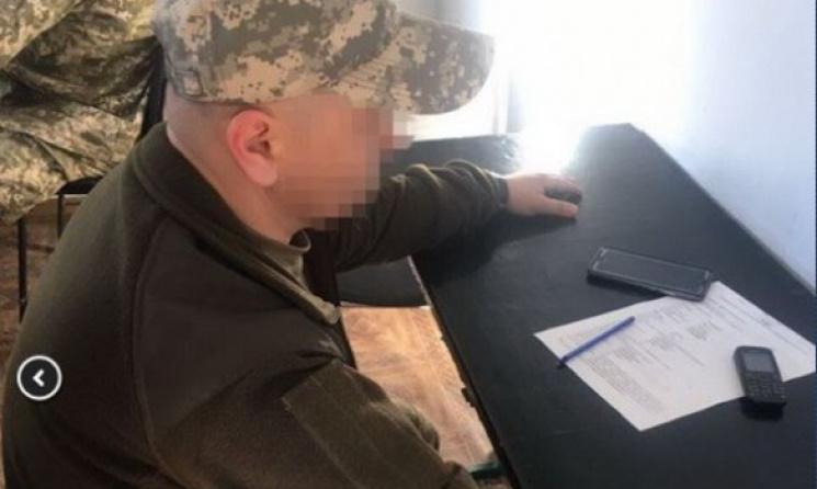 СБУ задержала двух офицеров ВСУ, выдававших пропуска через линию разграничения заденьги