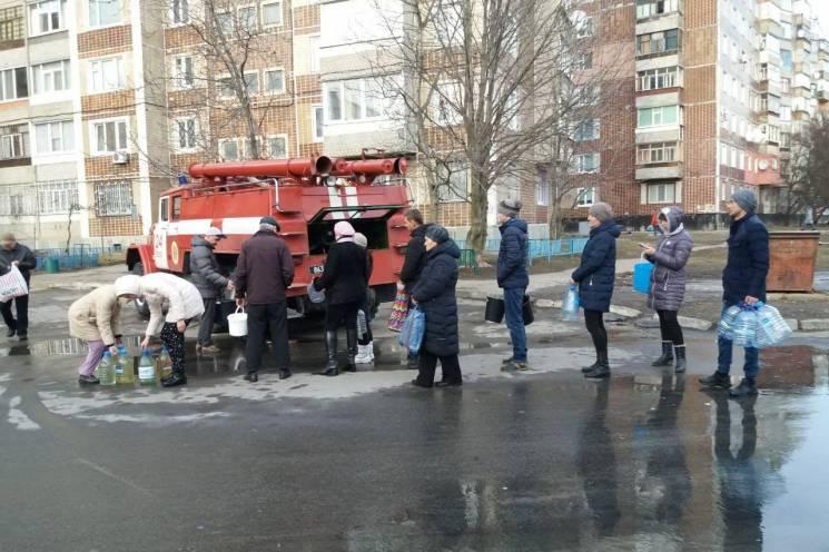 Спасатели возят воду жителям Лозовой где произошла авария