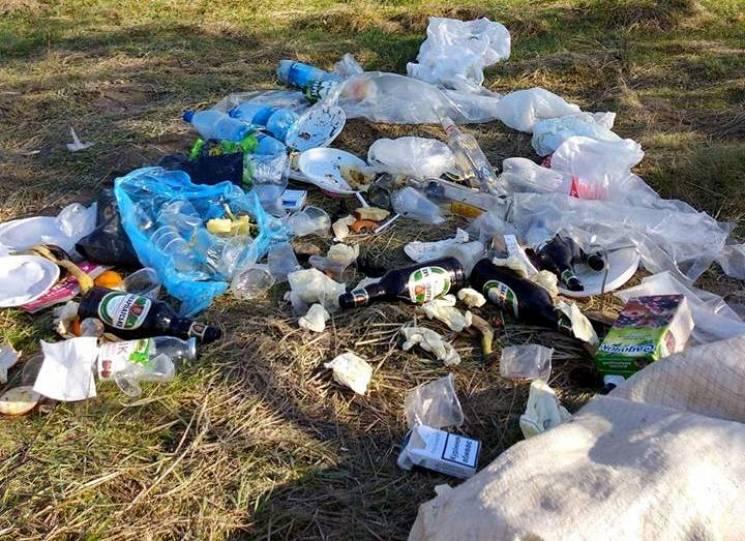 """Хрест із пляшок і """"гора"""" сміття: Шокуючі фото відзначення Пасхи на Тячівщині"""