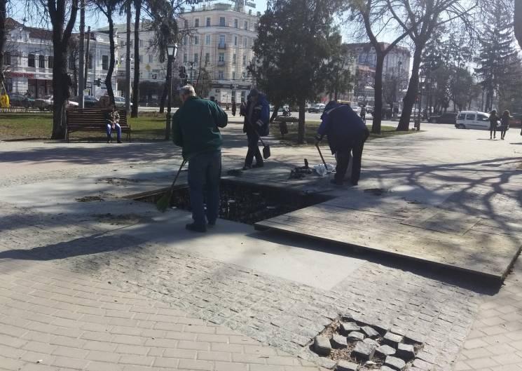 У Сумах після зими взялись лагодити фонтани