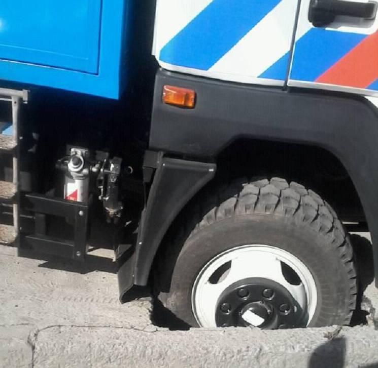 В центре Днипра под автомобилем коммунальщиков провалился асфальт (ФОТО)