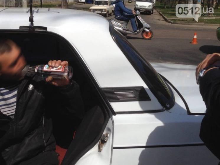 У Миколаєві водій влаштував ДТП і пив при поліції горілку (ФОТО)