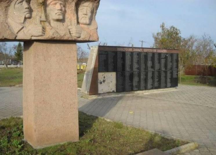 На Миколаївщині вандали зруйнували пам'ятник воїнам на Пагорбі Слави (ФОТО)