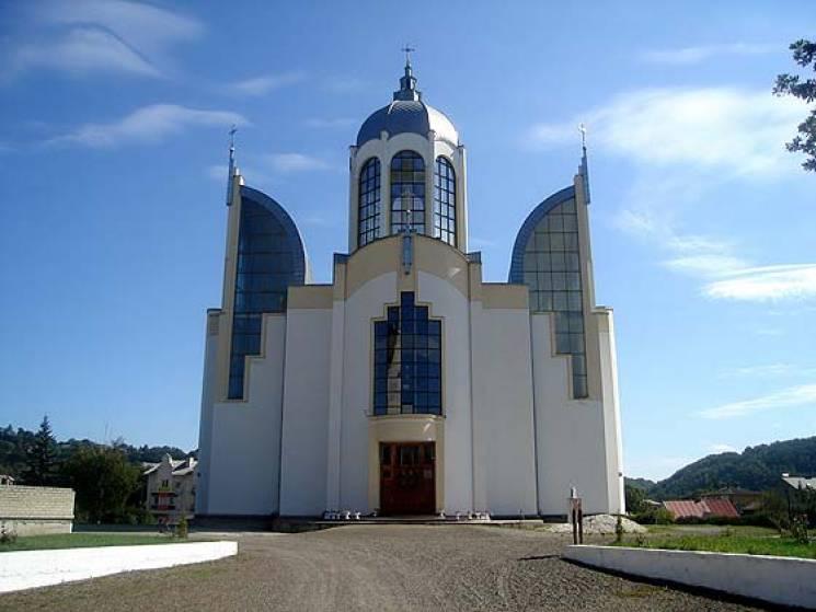 Справжній патріотизм: У серці одного з міст Тернопільщини височіє храм у вигляді тризуба (ФОТО)