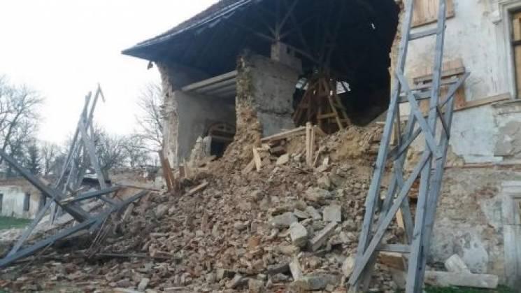 УЛьвівській області рухнула стіна Поморянського замку