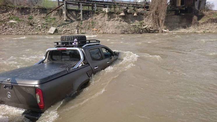 Житель Закарпатья утопил автомобиль вовремя мойки вречке